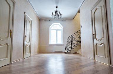 Lesena vhodna vrata priporočajo tudi proizvajalci pohištva